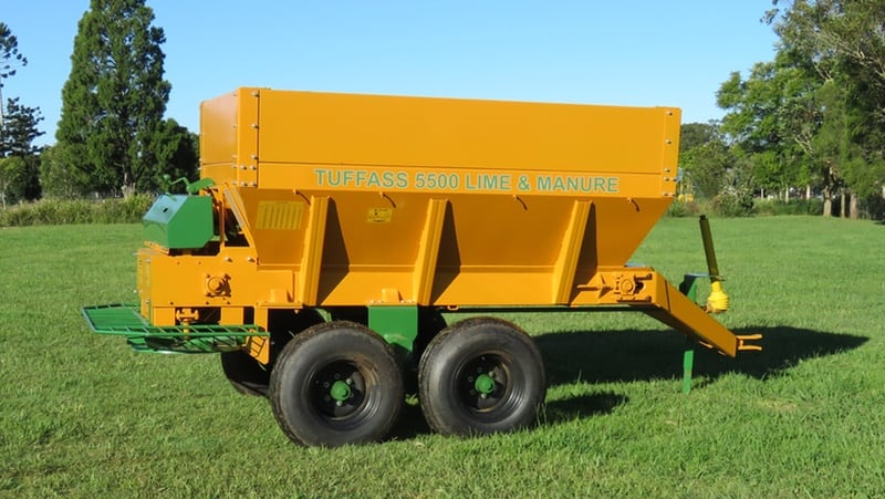 With a large 5.5m3 capacity and chain floor, the double spinning discs efficiently deliver lime and manure.